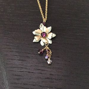 Jewelry - Gold tone flower necklace.